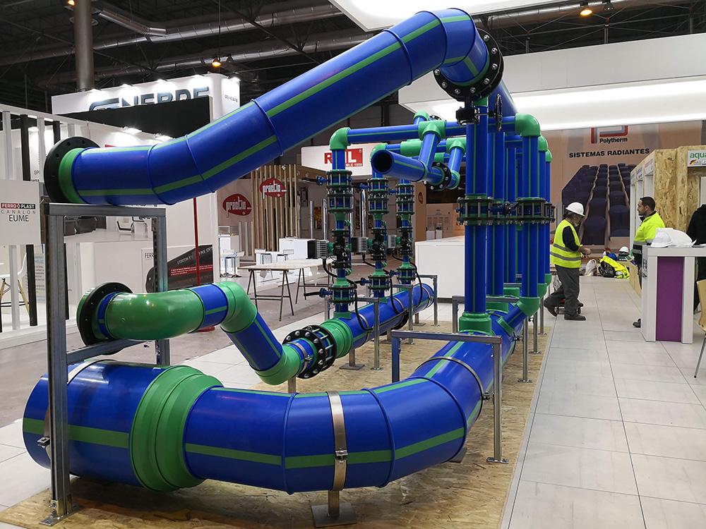 Detalle del sistema de tuberías de polipropileno Aquatherm Blue Pipe en el stand de aquatherm ibérica en la feria de la climatización y refrigeración 2019. El sistema incluye todos los componentes para una instalación completa de climatización, calefacción o sistemas cerrados.